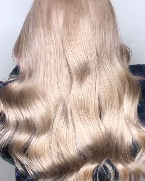 That bounce at the end. 👌We could watch these snow-bunny blonde waves for days and days. 😍