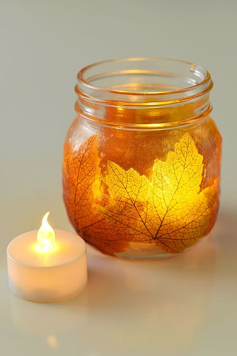 diy fall decor These mason jar leaf lanterns are SO PRETTY and they're so easy! This is such a great DIY fall decoration! Perfect for a fall mantle or thanksgiving table! Fall Mason Jars, Mason Jar Crafts, Mason Jar Diy, Mason Jar Pumpkin, Mason Jar Christmas Crafts, Fall Crafts For Adults, Easy Fall Crafts, Diy Crafts, Diy For Fall