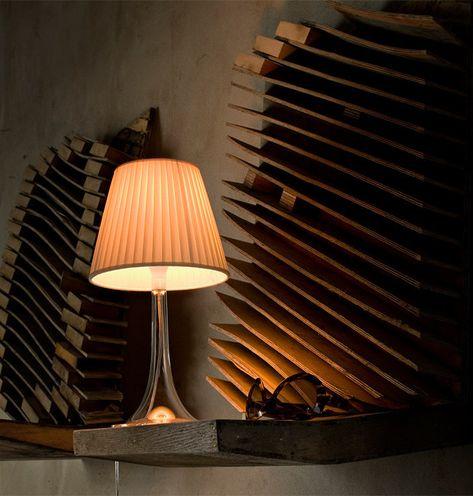 De tafellamp Miss K van Flos straalt indirect, warm licht