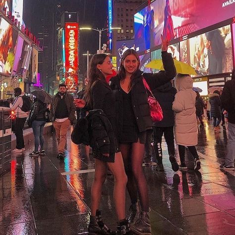 New York City life aesthetic Cute Friend Pictures, Best Friend Pictures, City Aesthetic, Summer Aesthetic, Aesthetic Outfit, Aesthetic Images, Fille Gangsta, Nyc Life, Foto Instagram