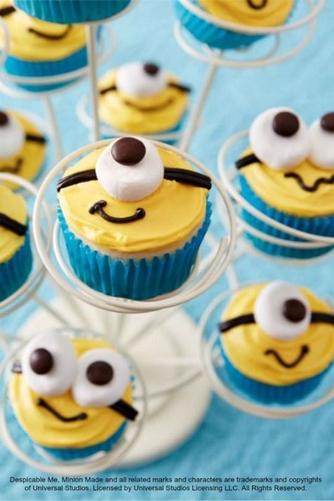 Despicable Me cupcakes for your little Minions birthday party! (i'm pretty sure they're mini cupcakes, mini marshmallows and mini m&m's. I did regular cupcakes with mini marshmallows and regular m&ms. Cupcakes Dos Minions, Despicable Me Cupcakes, Kid Cupcakes, Yummy Cupcakes, Cupcake Cookies, Boy Birthday Cupcakes, Fancy Cupcakes, Themed Cupcakes, Minion Cupcakes Recipe