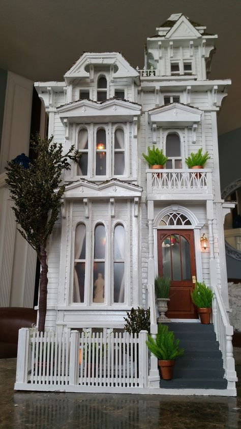 San Francisco Victorian dollhouse, by Gregg's Miniatures Victorian Dollhouse, Victorian Dolls, Diy Dollhouse, Dollhouse Miniatures, Cardboard Dollhouse, Victorian Village, Victorian Crafts, Victorian Porch, Victorian Lamps