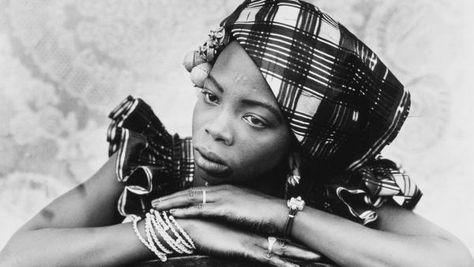 Seydou Keita est considéré aujourd'hui comme l'un des plus grands portraitistes du XXème siècle. Cet a...