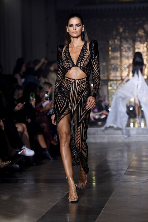 A model walks the runway at the Julien Macdonald show during London Fashion Week September 2018 at St John's Church on September 2018 in London, England. Get premium, high resolution news photos at Getty Images Dubai Fashion, Fashion 2020, Runway Fashion, High Fashion, Fashion Show, Fashion Outfits, London Fashion, Fashion Weeks, Fashion Spring
