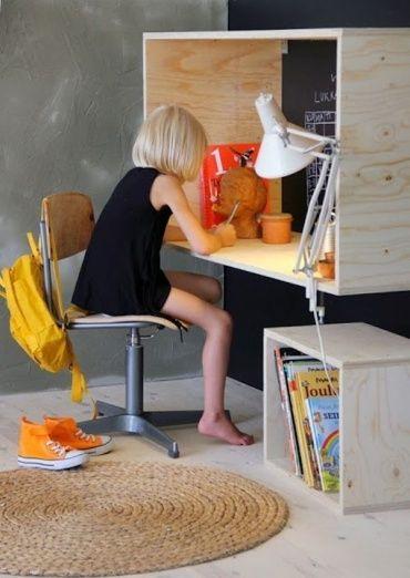 Kids room. 木枠でできている個性的な勉強机。