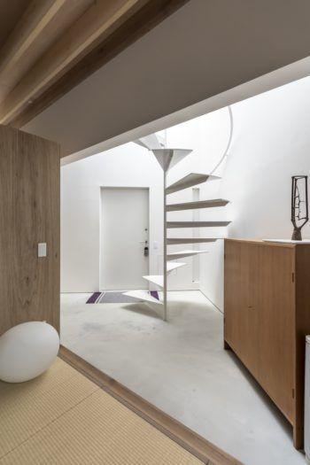 畳のスペースから玄関ホールを見る 上から垂直に落ちてくる光が明るく