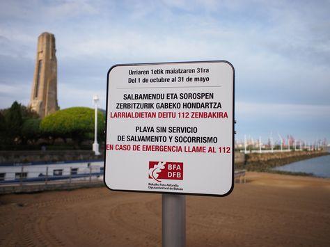 上がバスク語。下のスペイン語(カスティージャ語)と違いすぎてさっぱりわからん。Basque langueage (above Spanish) is confusing and i cannot understand at all.