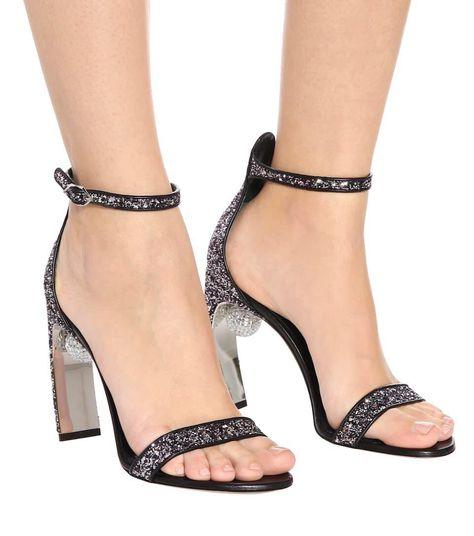 这款闪耀的凉鞋以足部曲线为灵感源泉,是Nicholas Kirkwood的经典之作。  鞋面: 织物 衬里: 皮革 鞋底: 皮革内底和鞋底 露趾圆头 搭扣踝带 意大利制作 品牌颜色: Gunmetal & Fuschia  符合正常尺码 欧洲尺码 鞋跟10,5厘米(欧洲尺码:38) from @kyofusateru's closet