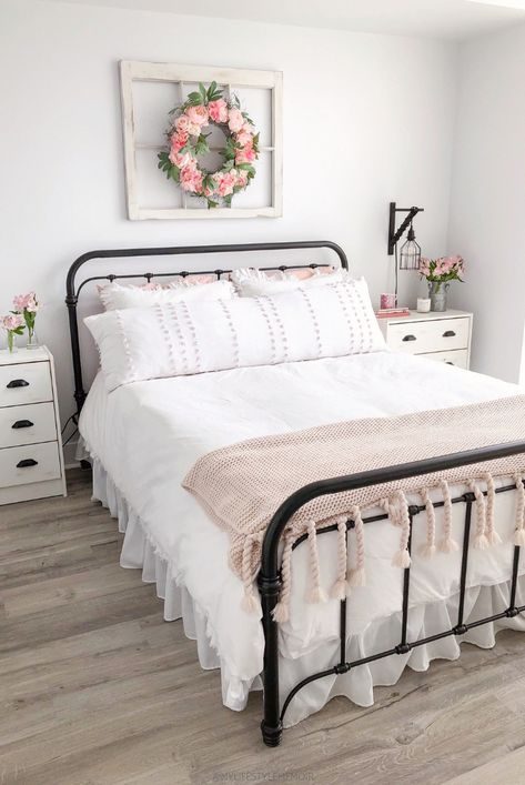 A completed bedroom design makeover that is super budget friendly and a gorgeous farmhouse design. #farmhousebedroomdecor #farmhousebedroom #farmhouse #bedroom #guestbedrooms
