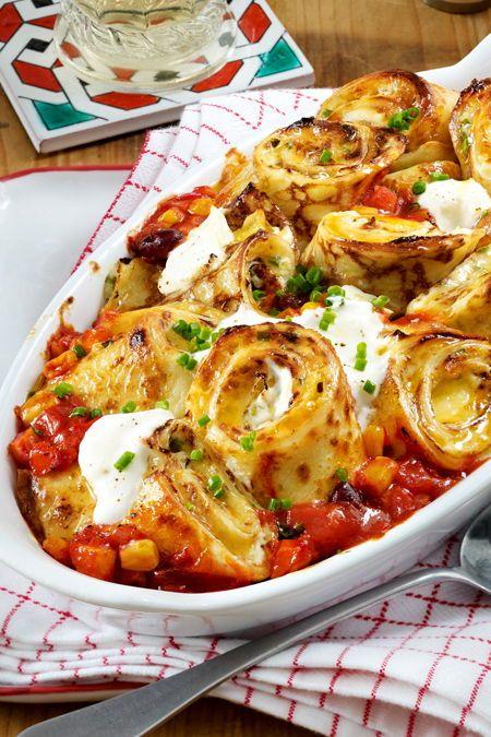 Während der Pfannkuchenteig quillt, bleibt genug Zeit für die tomatige Soße. Dann geht's ans Eierkuchen füllen, rollen und in der Soße zum traumhaften Auflauf überbacken.  #pfannkuchen #auflaufidee #tomatensoße #salsa #käse #überbacken #mexikanisch #rezeptidee