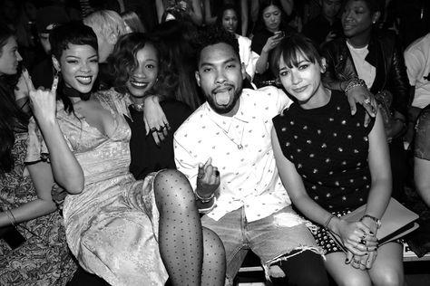 20h17 : Rihanna, le chanteur Miguel et Rashida Jones sont au premier rang http://www.vogue.fr/mode/en-vogue/diaporama/journal-de-la-fashion-week-printemps-ete-2014-a-new-york-jour-2/15102/image/822284#!le-journal-de-la-fashion-week-de-new-york-jour-2-le-defile-opening-ceremony-printemps-ete-2014-20h17-rihanna-le-chanteur-miguel-et-rashida-jones-sont-au-premier-rang
