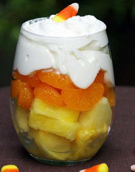 Candy Corn Fruit Parfait Candy Corn Fruit Parfait Makes a Healthy Halloween Dessert! The post Candy Corn Fruit Parfait appeared first on Halloween Desserts. Postres Halloween, Dessert Halloween, Looks Halloween, Halloween Dinner, Halloween Goodies, Halloween Food For Party, Halloween Kids, Happy Halloween, Halloween Cupcakes