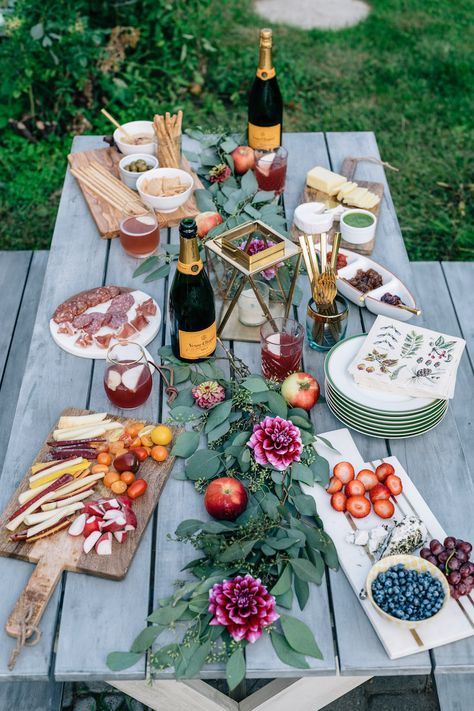 How to master fall entertaining at home for gatherings that look stunning but require minimal effort. Hint, start with dahlias.Fall Entertaining: Happy Hour at Home Rhode Island, Snacks Für Party, Party Drinks, Bbq Party, Lawn Party, Wine Tasting Party, Wine Drinks, Beach Party, Le Diner