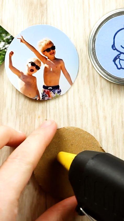 Mit dem Link kommst du zu 18 genialen Tricks für Eltern!   Mit diesem DIY machst du aus Müll etwas wunderschönes: Foto-Magneten! Auch als Geschenkidee ein tolles Bastel - Projekt!  #geschenk #zerowaste #bastelnmitkindern
