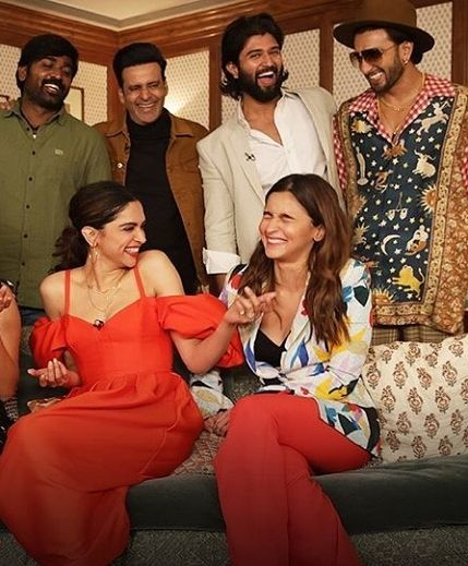 Deepika Padukone And Ranveer Singh S Adorable Pda During An Interview Is Melting Hearts Across Nation Hungryboo Ranveer Singh Deepika Padukone Deepika Padukone Style