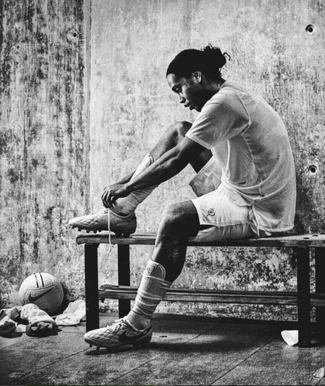 Ronaldinho the one player that no matter what was always smiling on the field !!! He is the one and only true Joga Bonita King DOUBLE TAP IF YOU AGREE |Tag a friend who is a fan