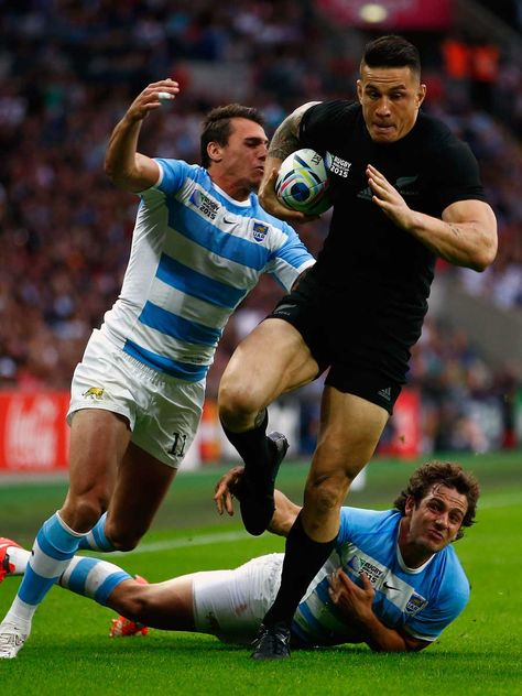 New Zealand's Sonny Bill Williams breaks past Juan Imhoff and Nicolas Sanchez. New Zealand v Argentina RWC 2015 (Getty Images)
