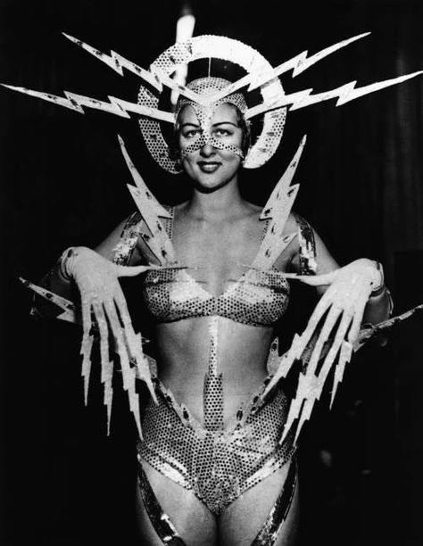 Radio Queen – 1939 via vintage everyday's 24 Strange Beauty Queens and Pageants from the Past Photo Vintage, Vintage Photos, Vintage Space, Steam Punk, Radios, Burlesque, Space Cowboy, Trippy, Space Girl