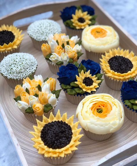 How to pipe buttercream flowers Taylor Made Cake Courses have been perfecting the art of buttercream Pretty Cakes, Cute Cakes, Beautiful Cakes, Amazing Cakes, Yummy Cakes, Sunflower Cupcakes, Floral Cupcakes, Sunflower Birthday Cakes, Cactus Cupcakes