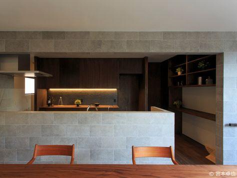 ダイニングのキッチンまわりの壁のタイル仕上げは そのまま廊下まで