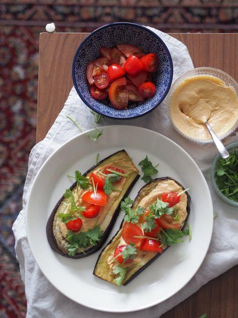 Oven-roasted eggplant & red pesto hoummus http://www.lily.fi/blogit/keittiossa-kaupungissa/hummustaytteiset-munakoisot