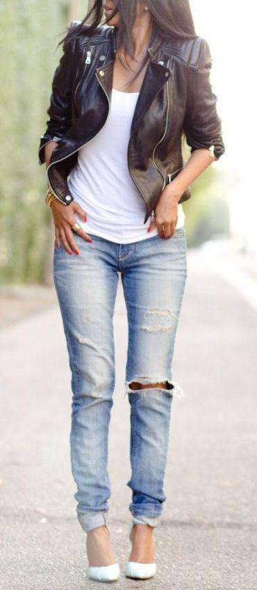 Den Look kaufen: https://lookastic.de/damenmode/wie-kombinieren/bikerjacke-traegershirt-enge-jeans-pumps-armband/4106 — Schwarze Leder Bikerjacke — Weißes Trägershirt — Goldenes Armband — Hellblaue Enge Jeans mit Destroyed-Effekten — Weiße Leder Pumps