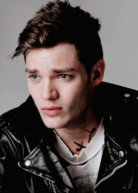Dominic Sherwood is cast as Jace in Shadowhunters TV series