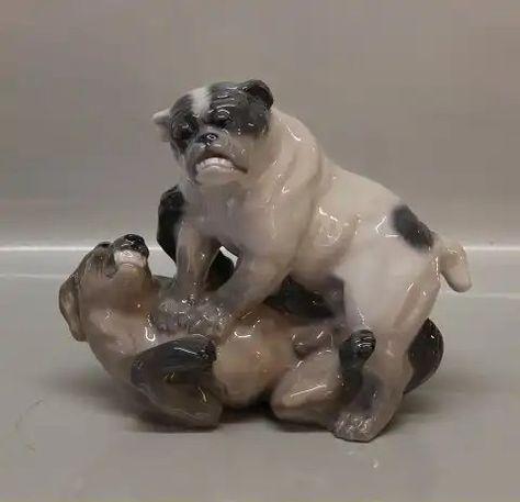 Kgl. hundefigur fra Royal Copenhagen 2326 Kgl. Legende Engelsk Bulldogs KK 19 - 22 cm Signeret af Knud Kyhn 1923. Pinned by Judi Crowe.