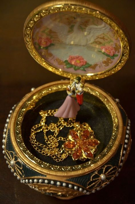 Anastasia music box and necklace. Perfect gift along with a pair of tickets to the Broadway show of Anastasia! Anastasia Necklace, Anastasia Musical, Anastasia Music Box, Anastasia Cartoon, Accesorios Casual, Princess Aesthetic, Disney Jewelry, Aesthetic Vintage, Snow Globes