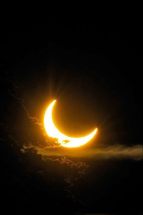 Solar Eclipse Photography Inspiration – Best Photos from famous photographers Lune Orange, Black And Gold Aesthetic, Cresent Moon, Moon Photography, Eclipse Photography, Photography Tips, Landscape Photography, Wedding Photography, Beautiful Moon