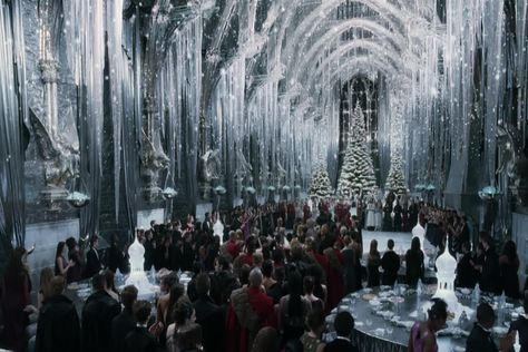 the Yule Ball at Hogwarts; Harry Potter and the Goblet of Fire Natal Do Harry Potter, Images Harry Potter, Harry Potter Movies, Harry Potter Hogwarts, Hogwarts Christmas, Harry Potter Christmas, Christmas Gifts, Christmas Bells, Narnia