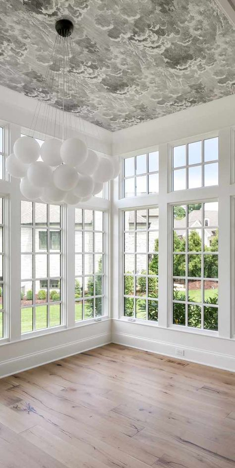 Such an amazing statement wallpaper on the ceiling of this dining room + white and gray color scheme + bubble chandelier Dining Room Ceiling, Mid Century House, Bedroom Ceiling Wallpaper, Foyer Wallpaper, Room Inspiration, Bubble Chandelier, Dining Room Inspiration, Window Drapes, Wallpaper Ceiling