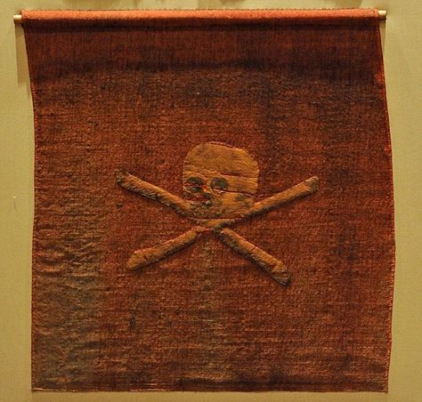 """En Anglais un drapeau pirate ce dit """"Joly Roger"""" sa viendrai du français """"Joli Rouge"""" , ce drapeau fut capturé en Afrique par les Anglais en 1780"""