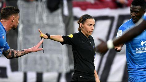 Supercoupe d'Europe : l'arbitre française Stéphanie Frappart entre dans l'Histoire - FRANCE 24