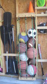 Ball Storage Gebruik elastieken om gemakkelijk sport ballen, en spijker latten te slaan op de bouten in de muur om zakken te creëren voor het opslaan van andere sportartikelen.