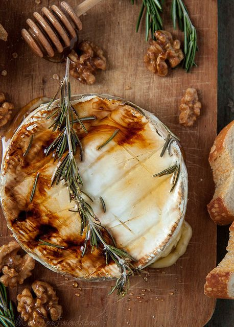 Baked Brie with Rosemary, Honey, and Candied Walnuts. I've been craving a good baked brie. Cheese Recipes, Appetizer Recipes, Appetizers, Cooking Recipes, Baked Brie Recipes, Honey Candy, Candied Walnuts, Food Inspiration, Fast Recipes