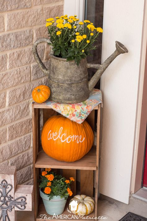 Ideas for decorating a small veranda for autumn - Fall porch d . Ideas for decorating a small veranda for fall - Fall porch decor - Decoration Facade, Decoration Entree, Diy Decoration, Porche Halloween, Fall Halloween, Halloween Porch, Halloween Crafts, Front Porch Remodel, Small Front Porches