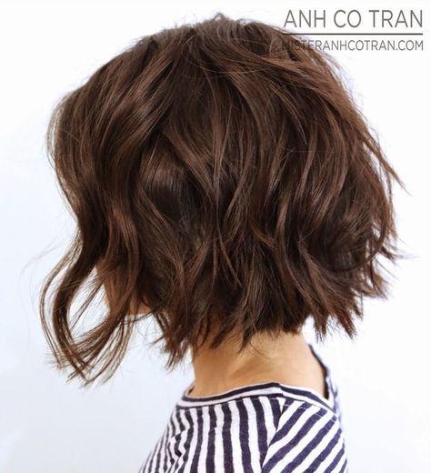 Vista lateral de corto ondulado Bob corte de pelo