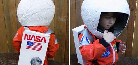 Fabrica tu propio kit de astronauta como este de something made different. Para el casco necesitas un balón grande y utilizando la técnica del papel maché (papel, agua, cola blanca y pincel).