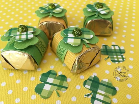 It's Written on the Wall: (St. Patrick's Day) Have You Seen Our Brand New St. Patrick's Day Candy Bar Wrappers and Hershey Nugget Wraps? Hannelore Drews, St Patricks Day Cards, St Patrick Day Treats, Hershey Nugget, Candy Crafts, St Patrick's Day Gifts, Candy Bar Wrappers, Treat Holder, Paper Gifts