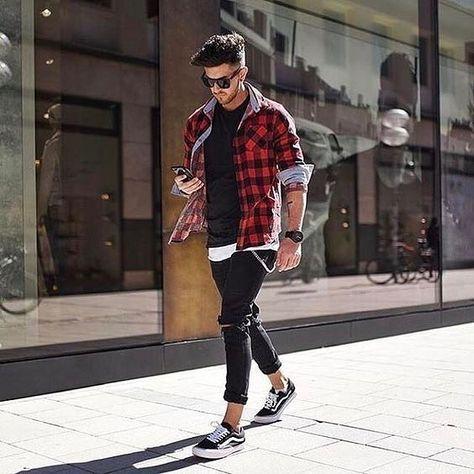 Vans, xadrez vermelho com calça preta jeans é a combinação do momento.