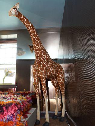 Kips Bay Decorator Show House - FAO Schwarz Plush Giraffe - griffe für küche