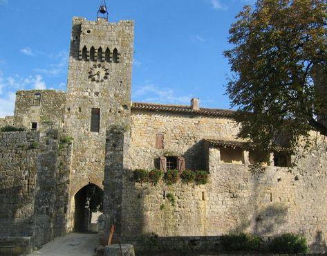 """Larressingle : au coeur de l'Armagnac, comme posé au milieu des vignes et des champs, le village fortifié surnommé """"le petit Carcassonne de ..."""
