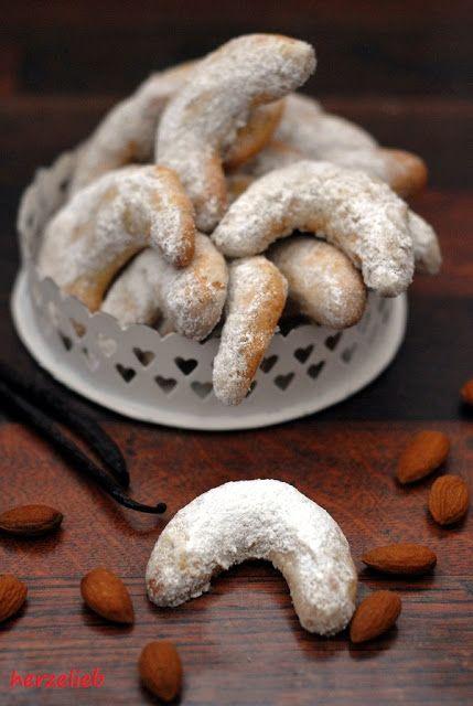 """Vanillekipferl habe ich schon als Kind geliebt. Diese Plätzchen sind ein echter Klassiker! So viele liebe Menschen habe ich nach ihrem Lieblingskeks gefragt, und Vanillekipferl waren immer dabei. Ich wage sogar zu behaupten, dass diese Cookies die unangefochtene Nummer 1 … <a href=""""http://herzelieb.de/vanillekipferl-streicheln-die-seele/"""">Weiterlesen</a>"""
