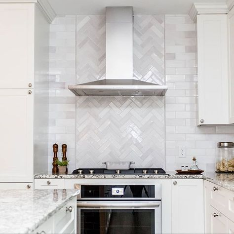 A herringbone pattern behind the range hood always makes for a gorgeous focal point, especially in @lestivities kitchen. 📸 by the lovely @Chelsielopezproductions 😘 3