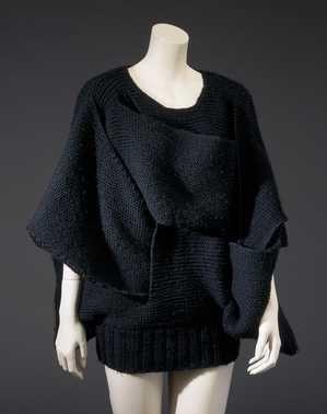 14-11-11  CMU  Trui (ca. 1985)  Rei Kawakubo (ontwerper), Comme des Garçons. Grove gebreide a-symmetrische trui van zwarte wol.