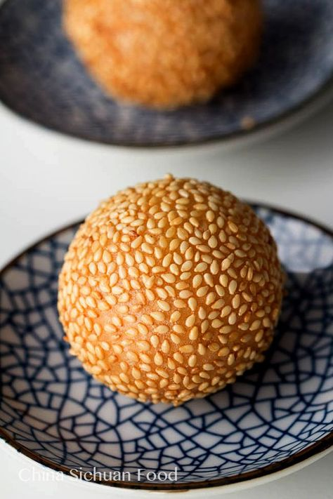 Famous dim sum fried sesame balls made with glutinous rice flour and filled with red bean paste; Also known as Jian Dui in Chinese. Asian Snacks, Asian Desserts, Mini Desserts, Asian Recipes, Dessert Recipes, Chinese Desserts, Sushi, Rice Flour Recipes, Glutinous Rice Flour
