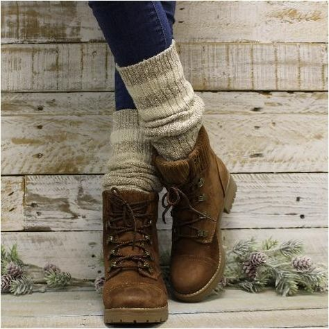 Feel and look superb within the great outdoors with one of these stylish and relaxed trekking outfitideas for ladies. Slouch Socks, Boot Socks, Socks For Boots, Knee Socks Outfits, Rugby, Timberland Stiefel Outfit, Trekking Outfit, Estilo Cool, Timberland Waterproof Boots