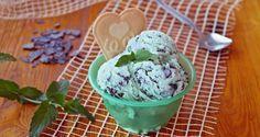 Gelato alla menta e scaglie di cioccolato, un gelato fresco e invitante ma anche goloso visto l'aggiunta del cioccolato, un abbinamento di gusti perfetto ...