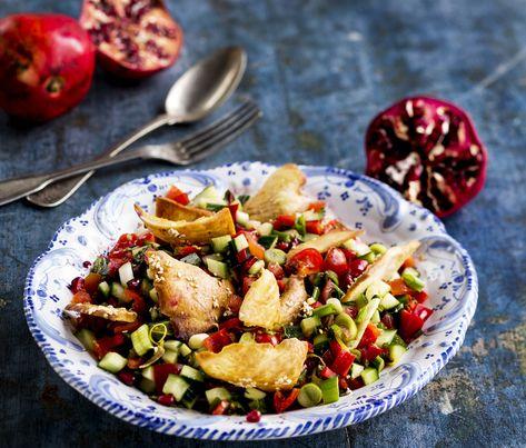 Fatoush eli arabialainen pita-granaattiomenasalaatti saa pirteän lisän granaattiomenan siemenistä. Se on alueelle tyypillinen hedelmä.1. Kuutioi tomaatit, kurkku ja paprika pieniksi kuutioiksi, viipal...